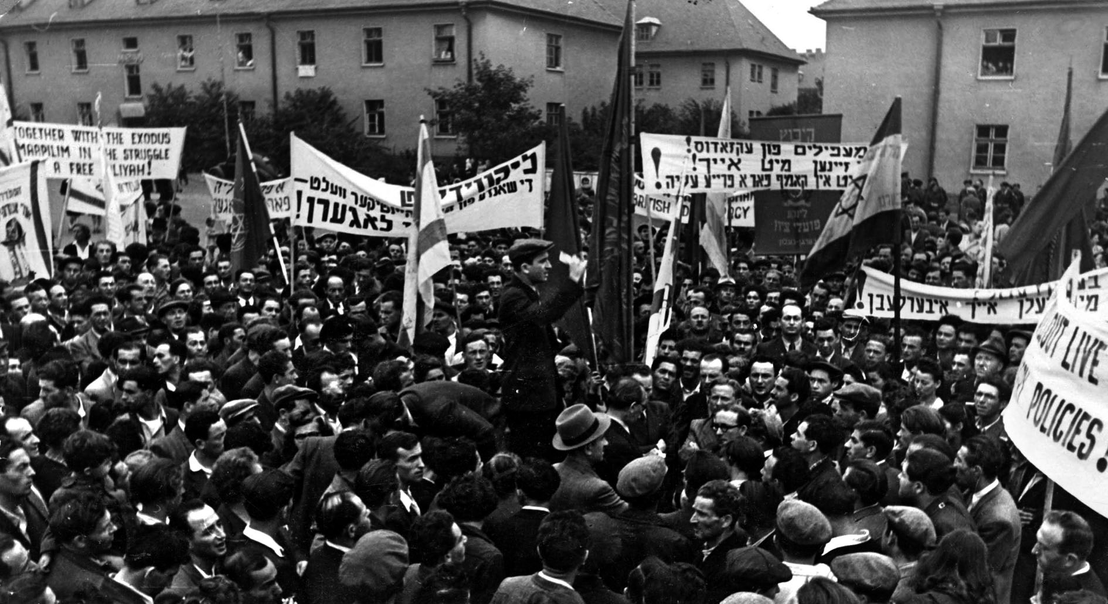 "Demonstration im jüdischen DP-Camp gegen die zwangsweise Rückführung der ""Exodus"" - Passagiere, 7. September 1947. The Josef Rosensaft Collection. Yad Vashem Archive, Jerusalem"
